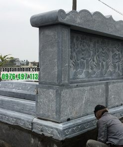 Phía sau lăng mộ bằng đá