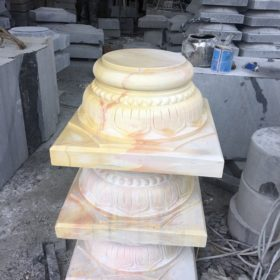 Chân cột nhà làm bằng đá vàng