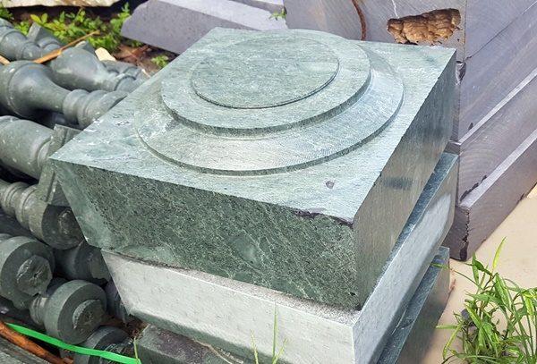 Chân cột nhà bằng đá xanh rêu