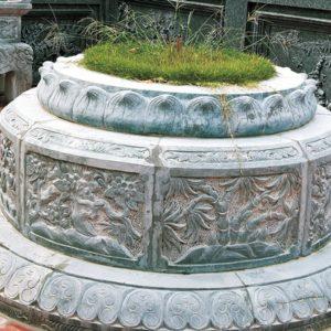 Mẫu mộ đá tròn chạm cảnh chạy xung quanh mộ