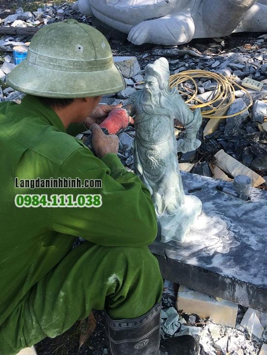 Các nghệ nhân làng nghề đá mỹ nghệ Ninh Vân đang say sưa với nghề