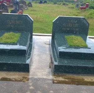mộ bằng đá xanh rêu